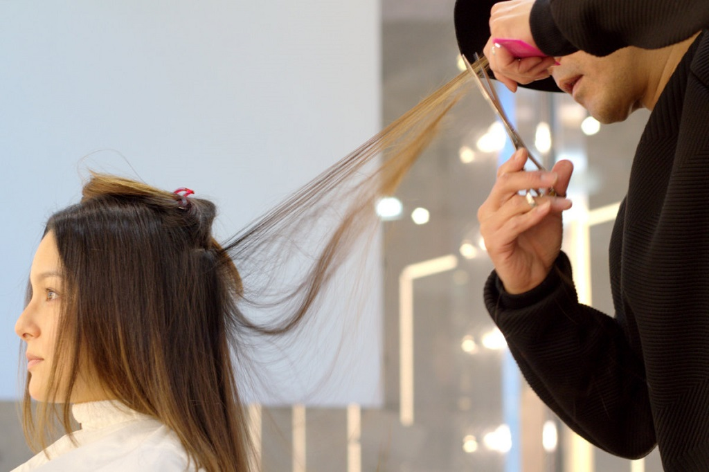 Salón paquete ANTI - Imagen 3 - corte de pelo por el director del estilista IKE