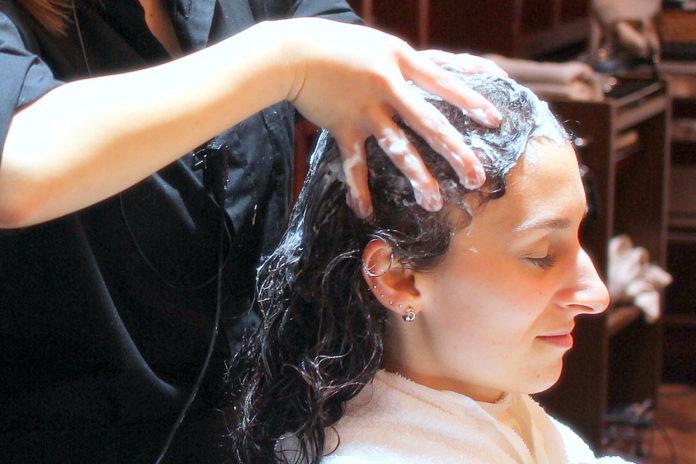 芳香霜頭部水療來撫慰在東京頭皮發癢和德捲髮髮型