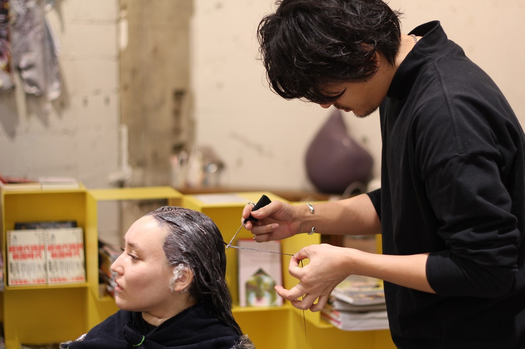 Salon NORA package - Picture 3 - Checking the hair color