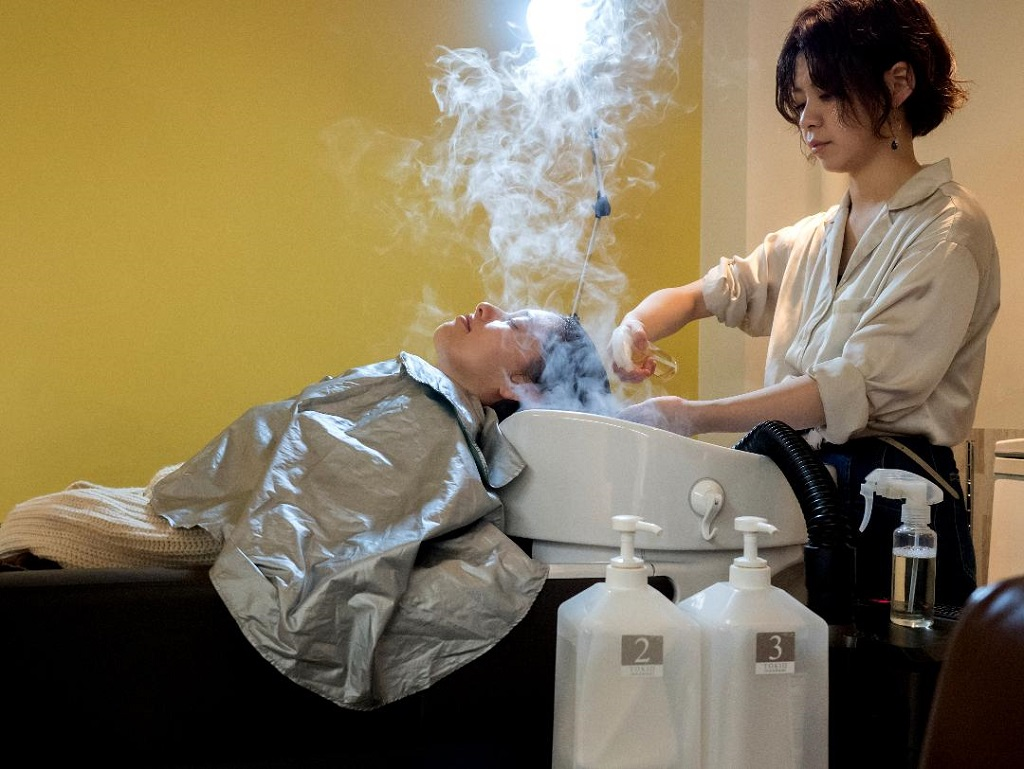 Salon Apish Cherie package - Picture 4 - applying the Tokio Inkarami hair repair treatment and hair steaming