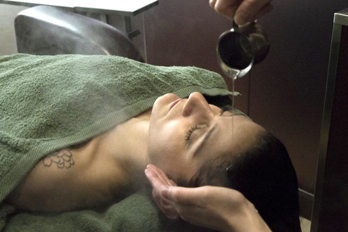 享受豪華的一小時: 阿育吠陀頭部水療或乳浴在東京